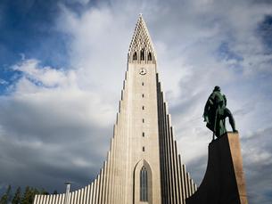 Hallgrimskirkja church, a tall modern church tower and statue of the explorer Leif Erickson.の写真素材 [FYI02858192]