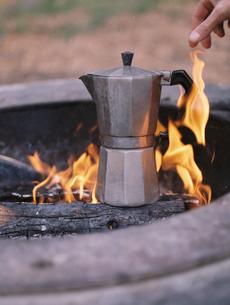 Espresso maker standing over an outdoor fire.の写真素材 [FYI02858200]