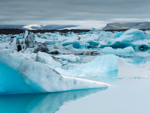 Glacial lake on the edge of Vatnajokull National Park at the head of the Breidamerkurjokull glacier,の写真素材 [FYI02858201]