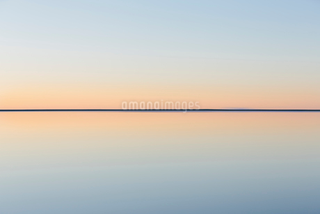 The view to the clear line of the horizon where land meets sky, across the flooded surface of Bonnevの写真素材 [FYI02858218]