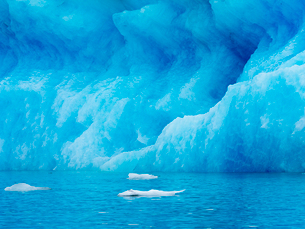 Glacial lake at the head of the Breidamerkurjokull glacier, created after the glacier started recediの写真素材 [FYI02858223]