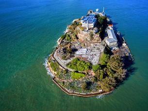 Aerial view of the prison island of Alcatraz in San Francisco Bay.の写真素材 [FYI02858257]