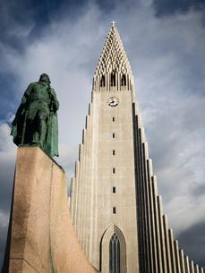 Hallgrimskirkja church, a tall modern church tower and statue of the explorer Leif Erickson.の写真素材 [FYI02858267]