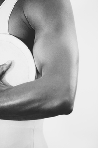 A female track and field athlete holding a discus in her hand.の写真素材 [FYI02858275]