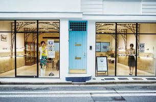 Shop selling Edo Kiriko cut glass in Tokyo, Japan.の写真素材 [FYI02858277]