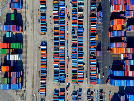 Aerial view of the container port at San Pedro in Los Angeles, with containers awaiting loading. A cの写真素材 [FYI02858309]