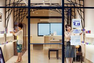 Shop selling Edo Kiriko cut glass in Tokyo, Japan.の写真素材 [FYI02858310]