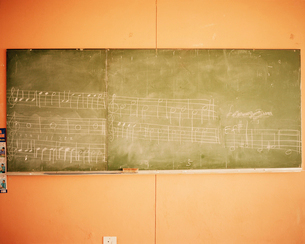 Music written on a blackboard in a school classroom.の写真素材 [FYI02858325]