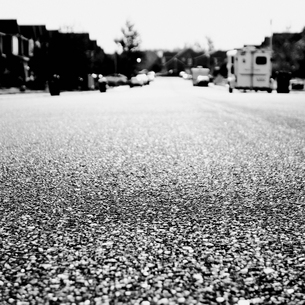 A suburban street in Ellensburg, low angle view.の写真素材 [FYI02858328]