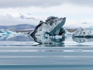 Glacial lake on the edge of Vatnajokull National Park. at the head of the Breidamerkurjokull glacierの写真素材 [FYI02858352]