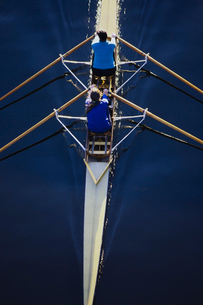 Overhead view of women rowing double scull boat during competitive race in Seattle.の写真素材 [FYI02858361]
