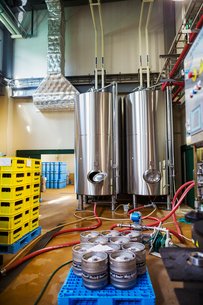 Metal beer tanks in a brewery.の写真素材 [FYI02858376]