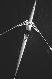 A man sculling in a single scull rowing boat, on the water.  Overhead view.の写真素材 [FYI02858387]