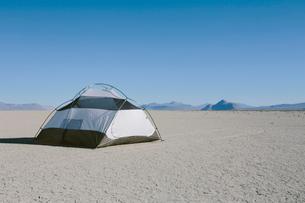 Camping tent on vast playa, Black Rock Desert, Nevadaの写真素材 [FYI02858393]