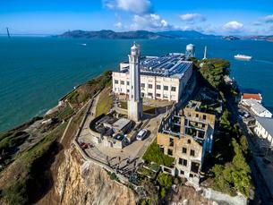 Aerial view of the prison island of Alcatraz in San Francisco Bay.の写真素材 [FYI02858415]