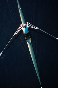 A man sculling in a single scull rowing boat, on the water.  Overhead view.の写真素材 [FYI02858445]