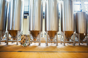 Row of large metal beer tanks in a brewery.の写真素材 [FYI02858514]