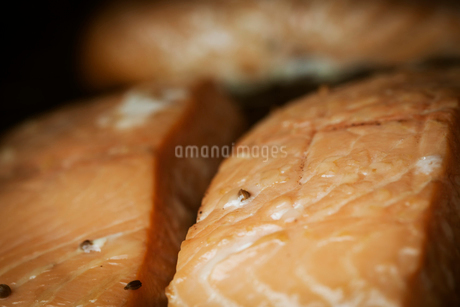 Close up of a smoked fish fillet.の写真素材 [FYI02858525]