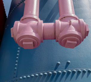 Old gas works at Gasworks Park in Seattle, junction and pipework painted pink.の写真素材 [FYI02858543]