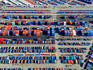 Aerial view of the container port at San Pedro in Los Angeles, with containers awaiting loading. A cの写真素材 [FYI02858615]