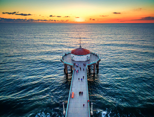 Aerial view of the Manhattan Beach Pier at sunset.の写真素材 [FYI02858627]