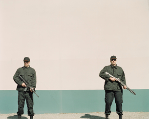 Two men wearing special forces uniforms, holding high powered gunsの写真素材 [FYI02858674]