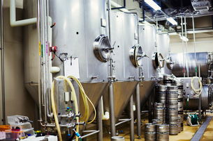 Row of large metal beer tanks in a brewery.の写真素材 [FYI02858686]