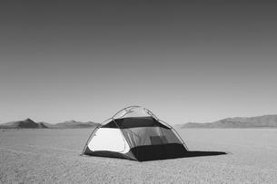 Camping tent on vast playa, Black Rock Desert, Nevadaの写真素材 [FYI02858710]