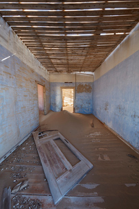 A view of a room in a derelict building full of sand.の写真素材 [FYI02858713]
