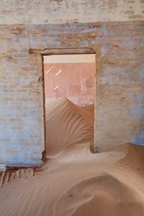 A view of a room in a derelict building full of sand.の写真素材 [FYI02858721]