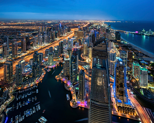 Aerial view of the cityscape of Dubai, United Arab Emirates at dusk, with illuminated skyscrapers anの写真素材 [FYI02858740]
