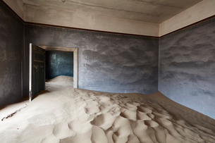 Interior of an abandoned building full of sand.の写真素材 [FYI02858756]