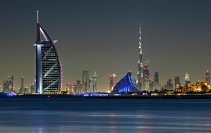 Cityscape of Dubai, United Arab Emirates at dusk, with illuminated Burj Khalifa and Burj Al Arab skyの写真素材 [FYI02858758]