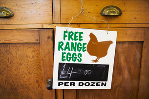 Close uo pf sign at farm shop advertising fresh free-range eggs.の写真素材 [FYI02858764]
