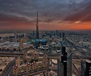 Cityscape of Dubai, United Arab Emirates at dusk, with the Burj Khalifa skyscraper in the distance.の写真素材 [FYI02858769]