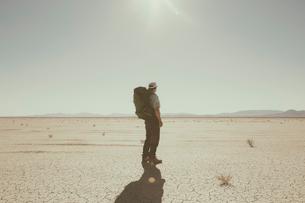 Male backpacker hiking in vast desert, Black Rock Desert, Nevadaの写真素材 [FYI02858780]