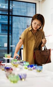 Customer in a shop selling Edo Kiriko cut glass in Tokyo, Japan.の写真素材 [FYI02858816]