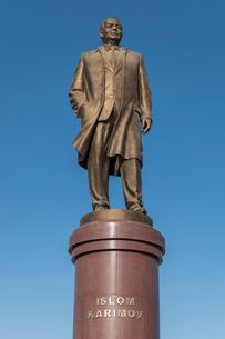 Statue of Islom Karimov in Samarkand, 20th century president of Uzbekistan.の写真素材 [FYI02858828]