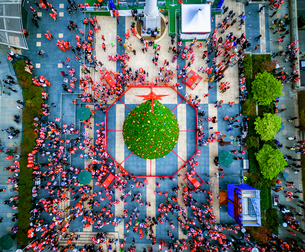 SantaCon parade in 2015. Aerial view over Union Square in San Francisco.の写真素材 [FYI02858829]
