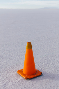 Traffic cone marking race course on Salt Flatsの写真素材 [FYI02858839]
