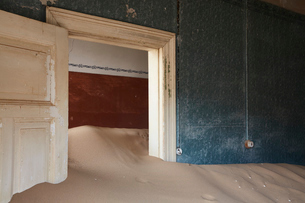 Interior of an abandoned building full of sand.の写真素材 [FYI02858841]