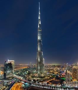 Cityscape of Dubai, United Arab Emirates at dusk, with illuminated Burj Khalifa skyscraper in the foの写真素材 [FYI02858842]