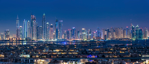 Cityscape of Dubai, United Arab Emirates at dusk, with illuminated skyscrapers in the distance.の写真素材 [FYI02858860]