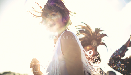Young woman at a summer music festival dancing among the crowd.の写真素材 [FYI02858871]