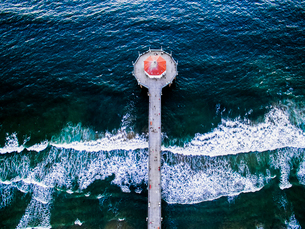 Aerial view of the Manhattan Beach Pier and waves breaking on the shore.の写真素材 [FYI02858874]