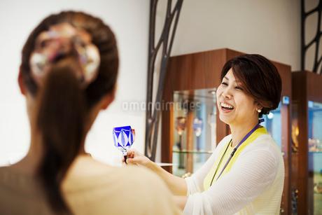 Saleswoman in a shop selling Edo Kiriko cut glass in Tokyo, Japan.の写真素材 [FYI02858884]