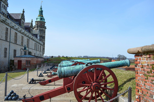 Old cannons on the ramparts outside Kronborg Castle, a historic castle building on the Oresund coastの写真素材 [FYI02858891]