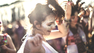 Young woman at a summer music festival dancing among the crowd.の写真素材 [FYI02858895]