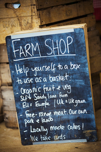 A chalkboard with details for a farm shop.の写真素材 [FYI02858948]