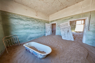A view of a bathroom in a derelict building full of sand.の写真素材 [FYI02858958]